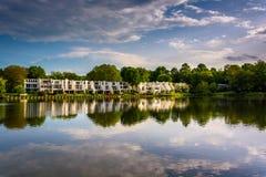 Piękny niebo odbija w Wilde jeziorze w Kolumbia, Maryland fotografia royalty free