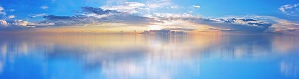 Piękny niebo przy zmierzchem, odbijającym w wodzie obrazy royalty free
