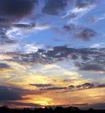 Piękny niebo z światłem słonecznym i chmurami podczas zmierzchu Obraz Stock