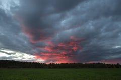 Piękny niebo z dużymi purpurowymi chmurami Zmierzch obrazy royalty free