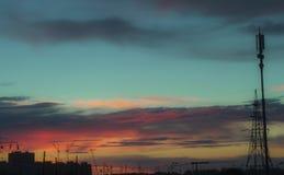 Piękny niebo z podeszczowymi chmurami nad miasta tłem Obrazy Stock