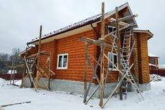 Piękny niedokończony drewniany dom z round loguje się wś obrazy royalty free