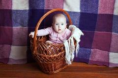 Piękny niemowlę w koszu Obrazy Stock