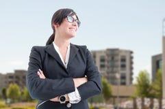Piękny nieruchomość makler pozuje z fałdowymi rękami Obraz Stock
