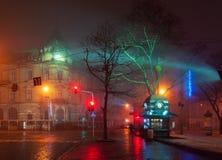 PiÄ™kny nightscape centrum miasta Lviv, Ukraina przy mgÅ'owÄ… nocÄ… zdjęcia stock