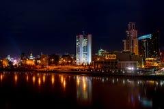 Piękny noc pejzażu miejskiego widok Yekaterinburg miasto i centrum zdjęcie stock
