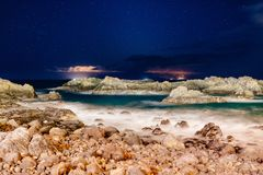 Piękny noc widok na oceanie i skałach Zdjęcie Stock