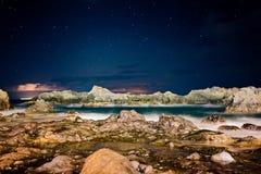 Piękny noc widok na oceanie i skałach Fotografia Stock