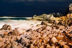 Piękny noc widok na oceanie i skałach Zdjęcia Royalty Free