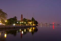 Piękny noc widok Tranu Quoc pagoda na małym półwysepie fotografia stock
