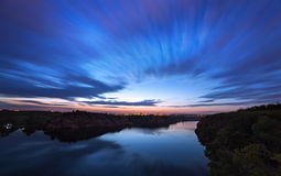 Piękny nocne niebo przy rzeką z gwiazdami i chmurami zdjęcie royalty free
