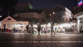 Piękny nocy miasta kwadrat Mnóstwo ludzie i europejczycy zbiory wideo
