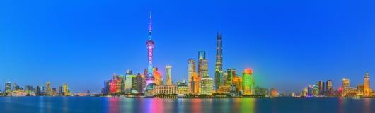 Piękny nocy Szanghaj pejzaż miejski z miastem zaświeca na Huangpu rzece, Szanghaj, Chiny Zdjęcie Royalty Free