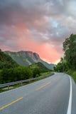 Piękny norweg menchii zmierzch nad halną drogą Zdjęcia Stock