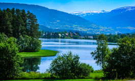 Piękny norwegu krajobraz z wodą zdjęcia royalty free