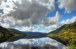 Piękny norweski jezioro z odbiciem zdjęcia stock