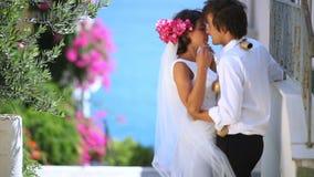 Piękny nowożeńcy buziak na ulicie zbiory wideo