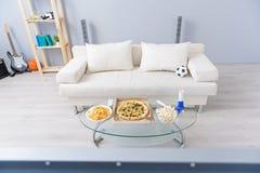 Piękny nowożytny żywy pokój z białą kanapą zdjęcie stock