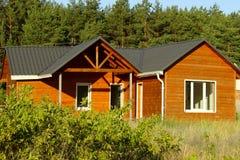 Piękny Nowożytny Drewniany dom, Frontowa elewacja Frontowy widok Obraz Royalty Free