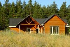 Piękny Nowożytny Drewniany dom, Frontowa elewacja Frontowy widok Zdjęcie Royalty Free