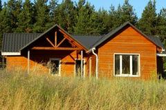 Piękny Nowożytny Drewniany dom, Frontowa elewacja Frontowy widok Obraz Stock