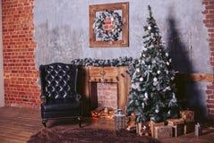 Piękny nowożytny projekt pokój w ciemnych kolorach, dekorujący z choinki i nowego roku ` s dekoracyjnymi elementami Zdjęcia Royalty Free