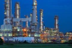 Piękny oświetlenie rafinerii ropy naftowej palnt przeciw ciemniusieńkiemu niebieskiemu niebu Fotografia Royalty Free