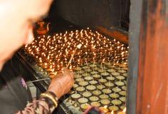Piękny obrazek earthen, metal lampy widzieć w Monastary w Nepal/ obraz royalty free