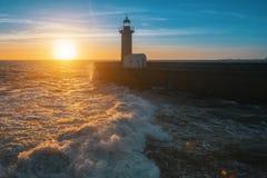 Piękny oceanu zmierzch, kipiel przy latarnią morską i Natura obrazy stock