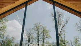 Piękny odbicie korony drzewa w ampuły światła okno Kamera ruchy pokazuje perspektywę zbiory