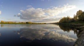 Piękny odbicie niebo w jeziorze przedtem Fotografia Stock