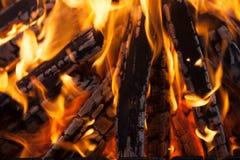 Piękny ogień z płomień przypalającym drewnem zdjęcie royalty free
