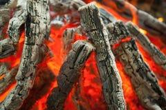 Piękny ogień z płomień przypalającym drewnem zdjęcia stock