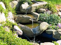 piękny ogród stawu wodospadu domu zdjęcie royalty free