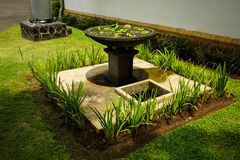 Piękny ogród z zielonej trawy i wodnej fontanny fotografią brać w Semarang Indonezja zdjęcie royalty free