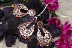 Piękny Orientalny sztuczny złocisty biżuteria indianin, arab, afrykanin, egipcjanin Mod Egzotyczni akcesoria, Azjatycka Złocista  obrazy royalty free
