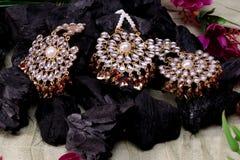 Piękny Orientalny sztuczny złocisty biżuteria indianin, arab, afrykanin, egipcjanin Mod Egzotyczni akcesoria, Azjatycka Złocista  zdjęcie royalty free