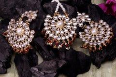 Piękny Orientalny sztuczny złocisty biżuteria indianin, arab, afrykanin, egipcjanin Mod Egzotyczni akcesoria, Azjatycka Złocista  zdjęcia royalty free