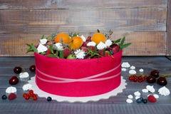 Piękny owoc tort z różowym ciastkiem wokoło go Obrazy Royalty Free