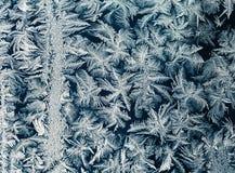 Piękny ozdobny świąteczny mroźny wzór na szklanym zimy okno obraz royalty free