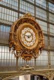 Piękny ozdobny złoty zegar przegapia wielką halę Musée d «Orsay, poprzednia linii kolejowej stacja w Paryż, obraz stock