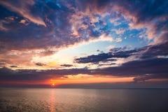 Piękny półmrok nad spokojnym oceanem w lecie zdjęcie royalty free