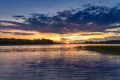 Piękny półmrok przy jeziorem z dynamicznym niebem w lecie fotografia stock