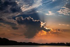 Piękny półmrok przy lata jeziorem z dynamicznymi chmurami fotografia stock