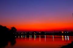 Piękny płonie zmierzchu krajobraz nad przy łąkowym i pomarańczowym niebem nad ono Zadziwiający lato wschód słońca jako tło Zdjęcie Stock