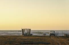 Piękny płonie zmierzchu krajobraz przy morza kaspijskiego i pomarańcze niebem nad ono z wspaniałego słońca złotym odbiciem na spo Fotografia Stock