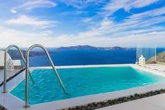 Piękny pływacki basen przy Santorini wyspą, Grecja Zdjęcie Royalty Free