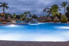 Piękny pływacki basen przy zmierzchem Obrazy Stock