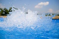 Piękny pływackiego basenu błękitne wody tło, zdrój i jacuzzi wody szczegół z bąblami, obraz royalty free