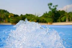 Piękny pływackiego basenu błękitne wody tło, zdrój i jacuzzi wody szczegół z bąblami, zdjęcie stock